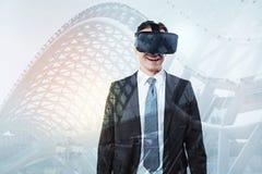 Positieve vrolijke mens die 3D glazen dragen Stock Afbeelding