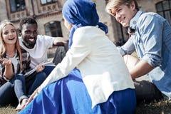 Positieve vrolijke studenten die aan elkaar spreken royalty-vrije stock foto