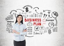 Positieve vrouw in blauw overhemd en businessplan Royalty-vrije Stock Afbeeldingen