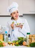 Positieve vrouw in eenvormige kok Stock Foto's