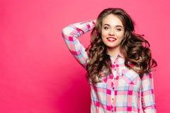 Positieve vrouw in gecontroleerd overhemd na schoonheidssalon stock foto's