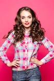 Positieve vrouw in gecontroleerd overhemd na schoonheidssalon royalty-vrije stock foto's