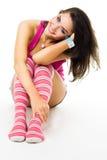 Positieve vrouw met grote glimlach in roze kleren stock foto's