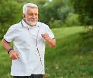 Positif courant le vieil homme en parc vert de ville image stock