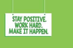 Positif de séjour des textes d'écriture Travailler dur Effectuez-la se produire Message accrochant de conseil d'attitude de motiv photos stock