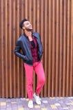 Position arabe de jeune type beau dans la pleines croissance et poses, toilettes Photo stock