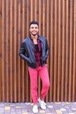 Position arabe de jeune type beau dans la pleines croissance et poses, toilettes Images stock