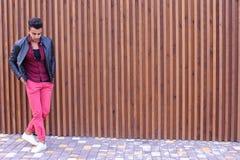 Position arabe de jeune type beau dans la pleines croissance et poses, toilettes Images libres de droits