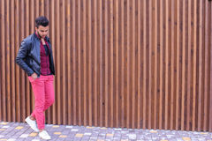 Position arabe de jeune type beau dans la pleines croissance et poses, toilettes Image libre de droits