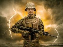 Position arm?e de soldat par temps obscur photo libre de droits