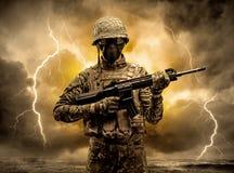 Position arm?e de soldat par temps obscur images stock