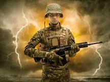 Position arm?e de soldat par temps obscur image libre de droits