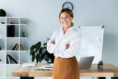 position attrayante de femme d'affaires avec les bras croisés photographie stock