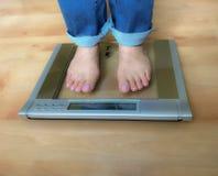 Position aux pieds nus de femme sur l'échelle de poids photos libres de droits