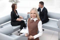 Position auxiliaire de jeune femme dans le lobby du bureau moderne Photos libres de droits