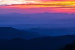 Position avantageuse de lever de soleil de matin sur la montagne photographie stock