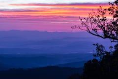 Position avantageuse de lever de soleil de matin sur la montagne photo stock