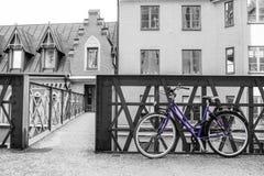 Position bleue isolée de vélo dans la rue typique à Stockholm photo libre de droits
