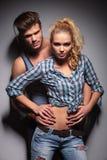 Position chaude de couples embrassée et pose Photos libres de droits