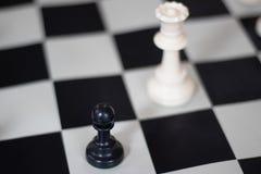 Position d'échecs avec la reine et le gage, jeu moyen photographie stock libre de droits