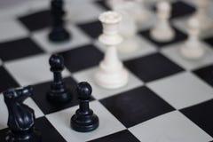 Position d'échecs avec la reine et le gage, jeu moyen photos libres de droits
