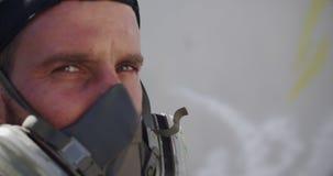 Position d'artiste de graffiti avec le masque protecteur 4k clips vidéos