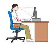 Position d'assise ergonomique de position Corrigez le siège en employant un compter Femme sur son lieu de travail Illustration de Images stock