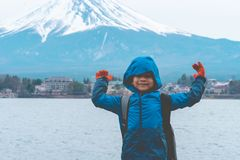 Position d'enfant devant le lac et le mont Fuji Kawaguchiko en hiver photographie stock