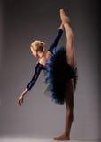 Position d'exposition de ballerine dédoublée dans le studio Art de ballet classique Photo stock