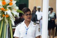Position d'hôtesse de marine au milieu de l'assemblée photos stock