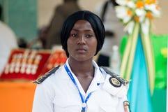 Position d'hôtesse de marine au milieu de l'assemblée photographie stock libre de droits