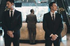 position d'homme d'affaires au compteur de réception photo libre de droits