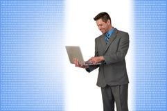 Position d'homme d'affaires avec l'ordinateur portable photo stock