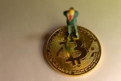 Position d'homme d'affaires sur la peu-pièce de monnaie Le concept de commerce de cryptocurrency photos stock