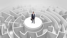 Position d'homme d'affaires sur le dessus d'un labyrinthe photographie stock libre de droits