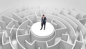 Position d'homme d'affaires sur le dessus d'un labyrinthe image libre de droits
