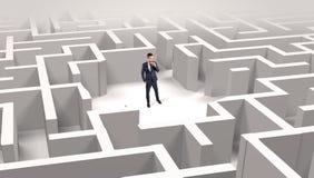Position d'homme d'affaires ? un milieu d'un labyrinthe images stock