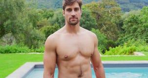 Position d'homme près de piscine dans l'arrière-cour 4k clips vidéos