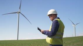 Position d'ingénieur près de moulin de vent et information de vérification sur le réalisateur banque de vidéos