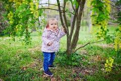 Position d'un an de fille ? c?t? d'un arbre image stock