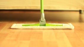 Position de balai sur le plancher en bois Plein HD 1920x1080p clips vidéos