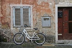 Position de bicyclette contre le mur d'une vieille maison photos stock