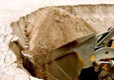 Position de chargeur. Travaux dans la mine de sable de charge Images libres de droits