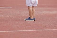Position de chaussures de sport d'usage du pied des enfants photo stock