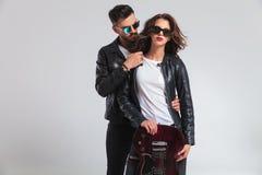 Position de couples de rock embrassée et guit électrique d'apparence Photos libres de droits