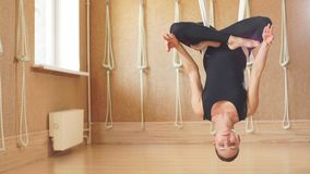 Position de Dangerouse dans le yoga aérien banque de vidéos