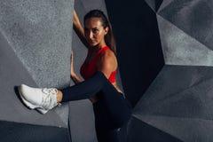 Position de femme de forme physique, pose, montrant son corps musculaire images libres de droits
