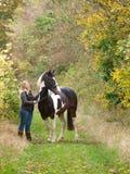 Position de fille et de cheval Photographie stock