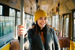 Position de jeune femme dans un chariot d'une tramway motrice Concept de transport, de voyage et de mode de vie photos stock