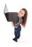 Position de jeune fille et à l'aide d'un ordinateur portable Photo stock